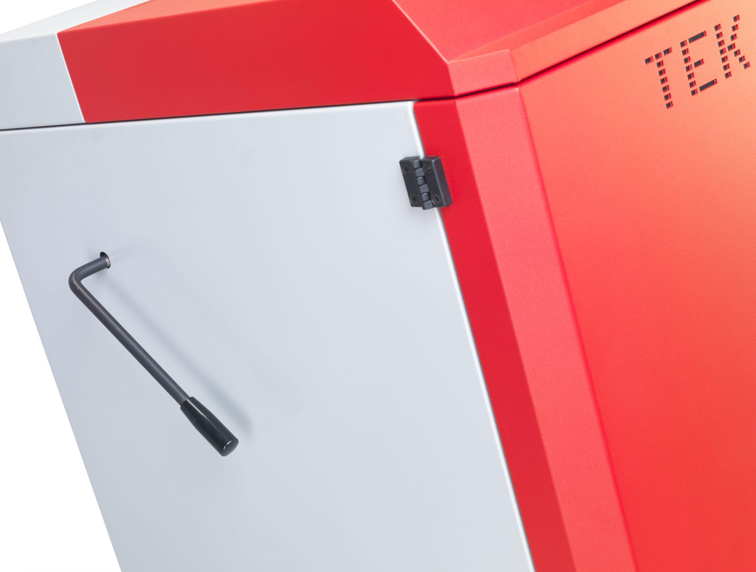 Pormenor lateral da caldeira a lenha para instalações aquecimento central Biomasse W