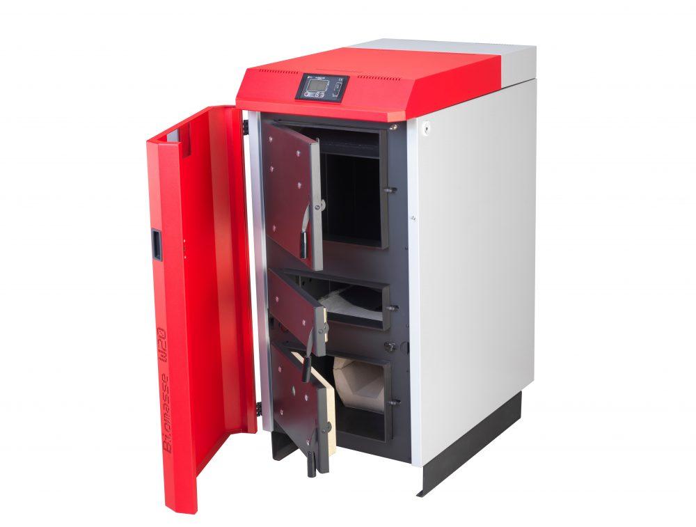 Pormenor porta aberta da caldeira a lenha para instalações aquecimento central Biomasse W