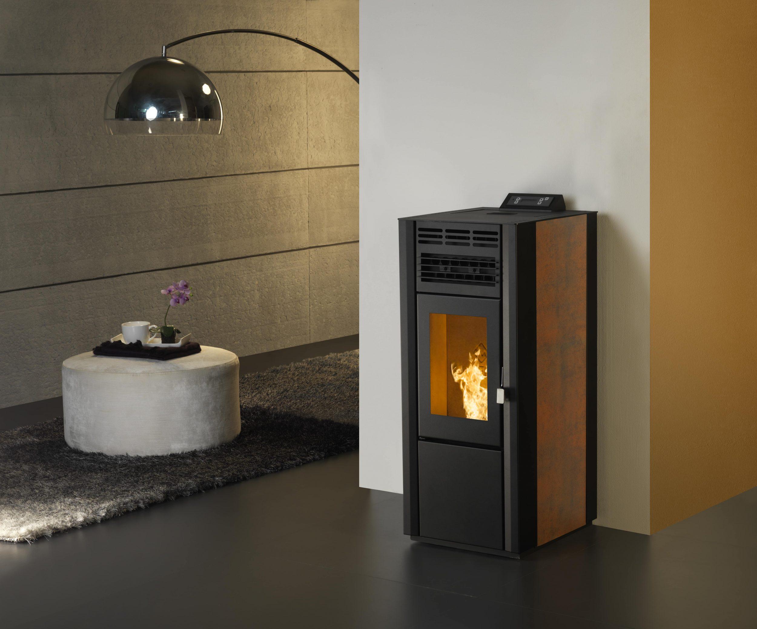 Salamandra/estufa a pellets para aquecimento local, modelo Stone da TEK Biomasse com placas laterais em corten