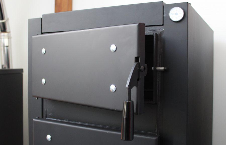 Pormenor em caldeira a lenha para instalações de aquecimento central Bio L