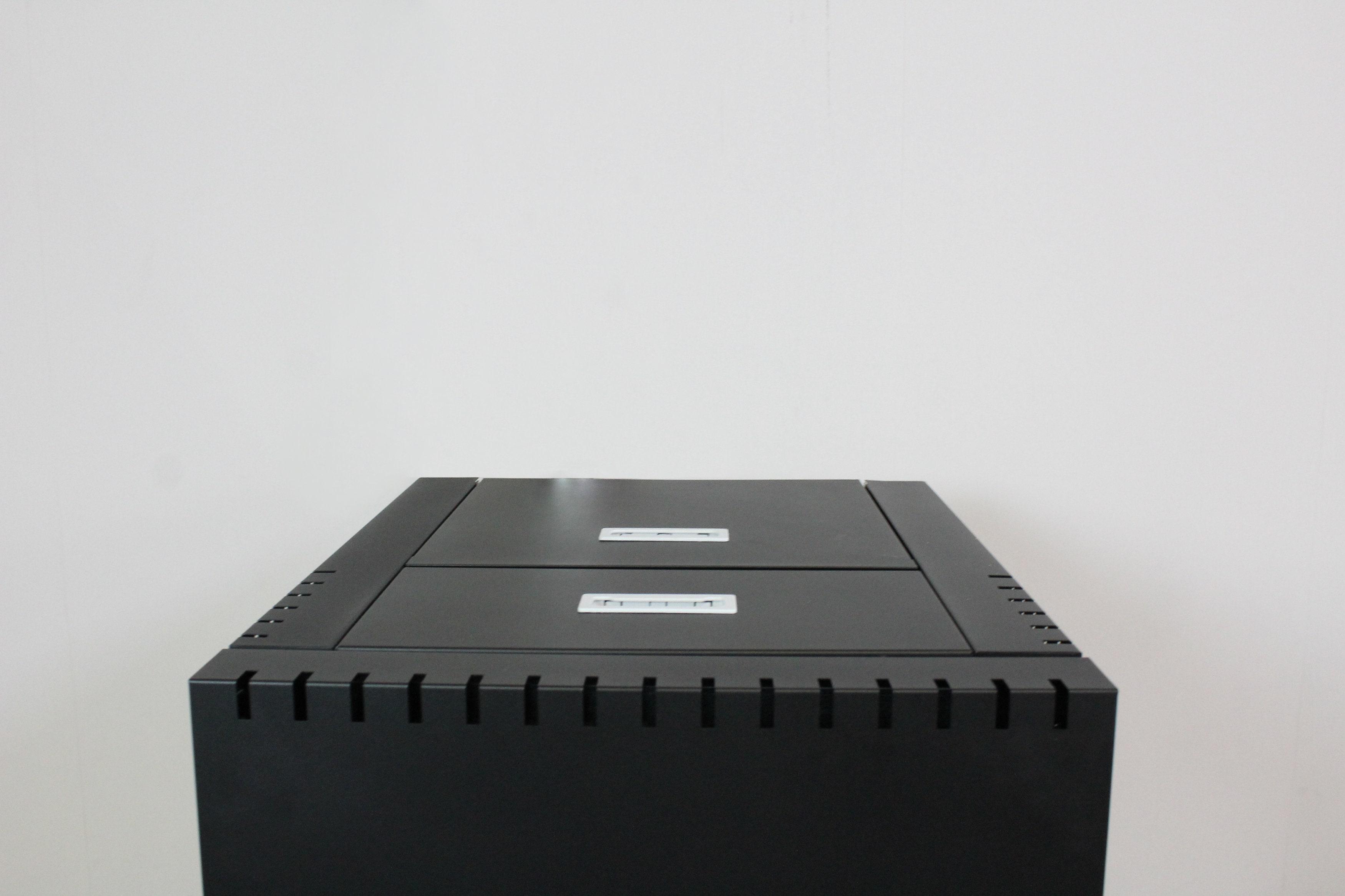 Parte superior da caldeira compacta a pellets, Piko. Depósito de pellets com acesso na parte superior, fácil acesso.